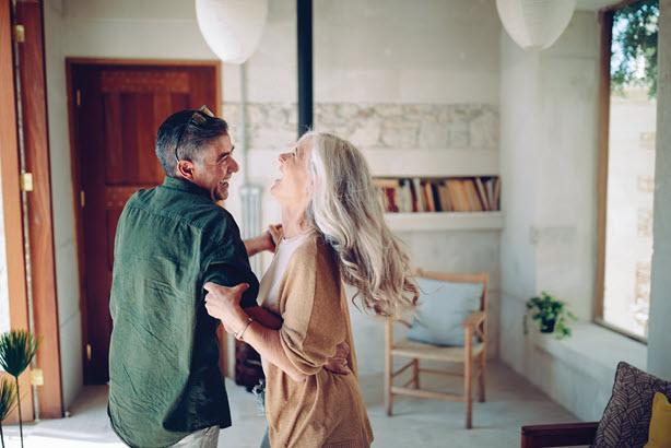 Hombre y mujer bailando